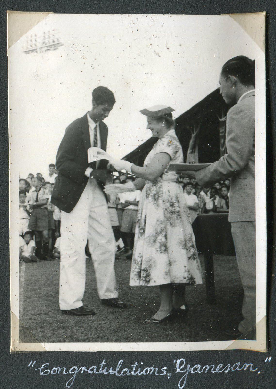 1952-Ganesan-receiving-award